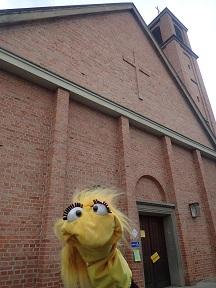 Frau Lila vor der Friedenskirche