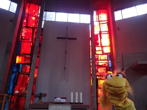 Frau Lila in der Auferstehungskirche