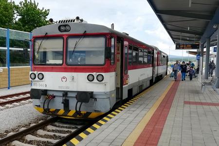 kleiner Ort - kleiner (neuer) Bahnhof - noch kleinerer Zug (alt)