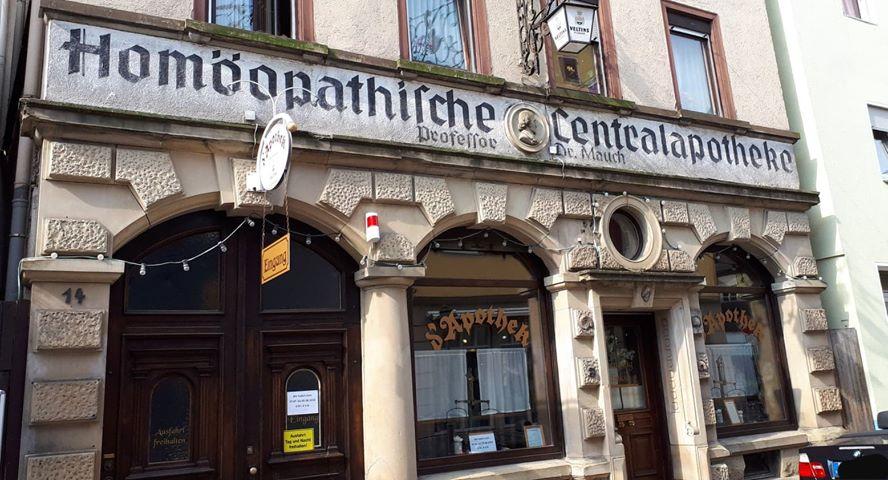 """Homopathische Centralapotheke in der Kirchstrasse 14 die heutige Kultkneipe """"d'Apothek"""" ©Melli Bäurle"""