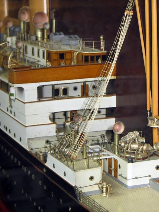 Spiegel-Halbmodell der Sammlung