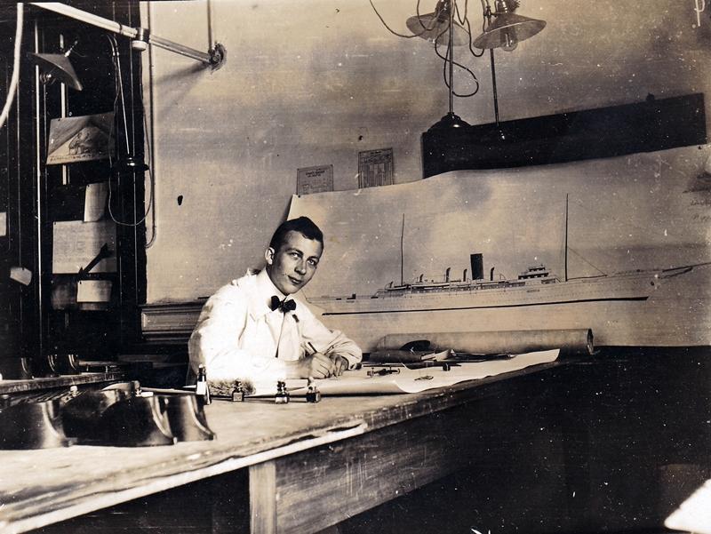 Technischer Zeichner einer deutschen Werft beim Erstellen einer Tuschezeichnung - ca. 1920er Jahre