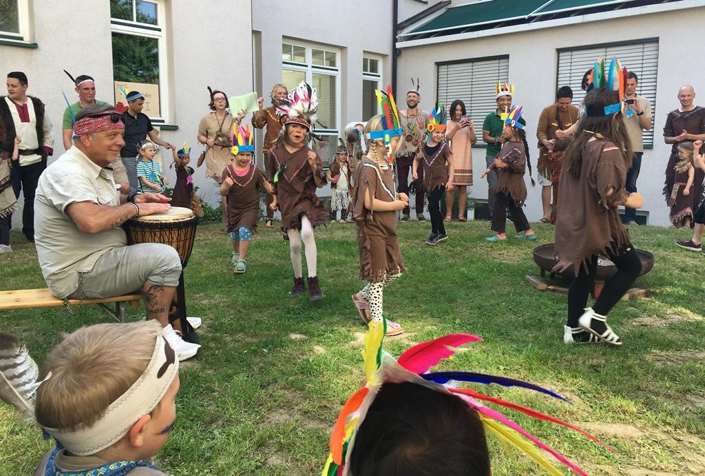 Projektgruppe Indianer führt einen Tanz auf