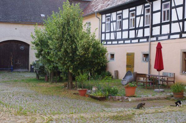 Wohnhaus und Scheune vom Hof aus gesehen