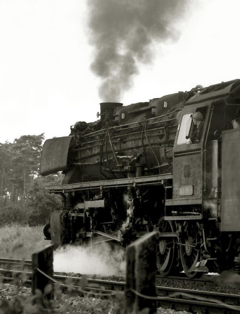 043 364 am 29.7.1977 bei Hemsen nordwärts mit Güterzug. Die Lok gehört am Tag der Aufnahme zu den letzten zehn 043 des Bahnbetriebswerks Rheine: Noch acht Wochen bis zum Dampfende bei der Deutschen Bundesbahn.