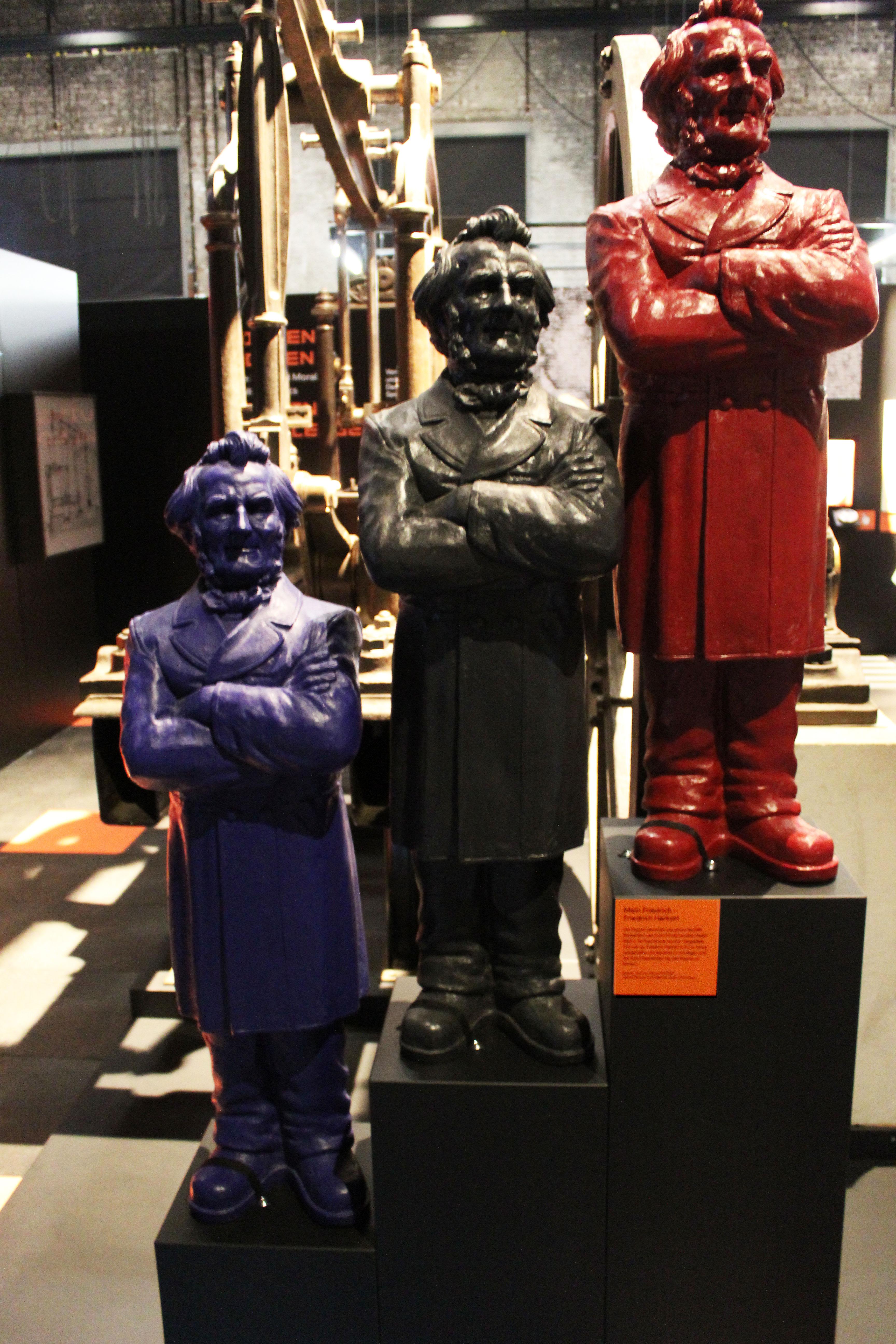 """3 Friedrich-Harkort-Skulpturen in der LWL-Ausstellung """"ALLES NUR GEKLAUT?"""" Foto: Dr. Helmut Franzen"""