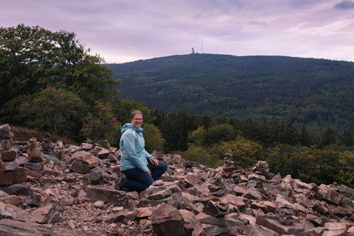 Taunus Exkursion (Weiße Mauer, im Hintergrund der Große Feldberg) Foto: Nicole Herr (http://nicoles-moments.de/)
