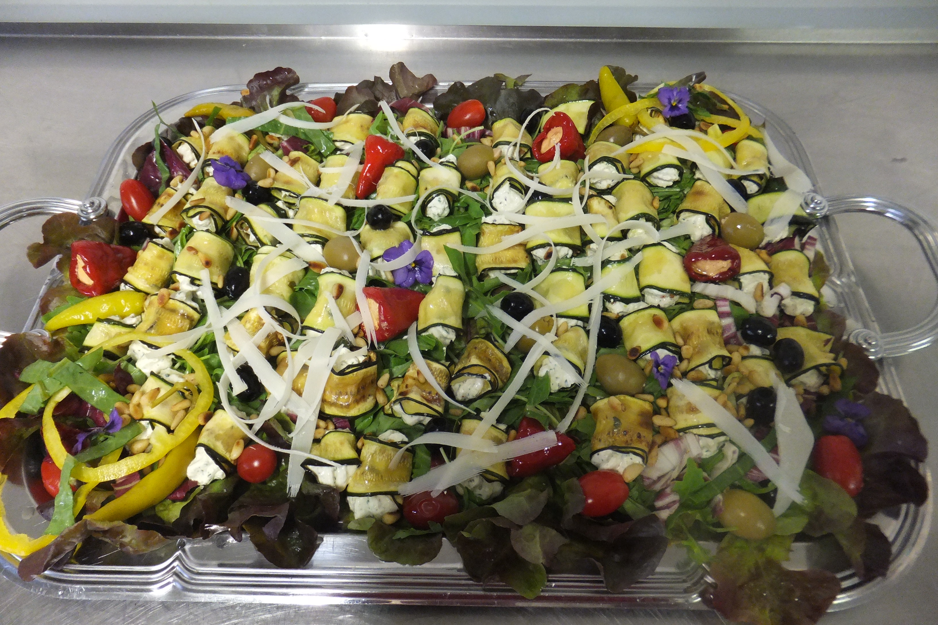 Zucchiniröllchen auf Blattsalat