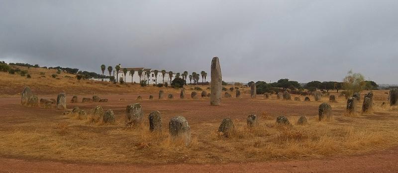 Im Vordergrund das heidnische Symbol, der Kromlech von Xerez, im Hintergrund die christliche Kirche mit Convent