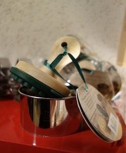 cachet 'gingerbreadman', tamponer votre bonhomme en directe dans votre pâte et couper le rond après avec le découpoir en inox rigide. Manche du cachet en bois, tampon en silicone alimentaire, tampon échangeable avec d'autres motifs, adapté au lave vaisselle, diamètre 7 cm, découpoir inox diamètre 8 cm, le kit 10,50