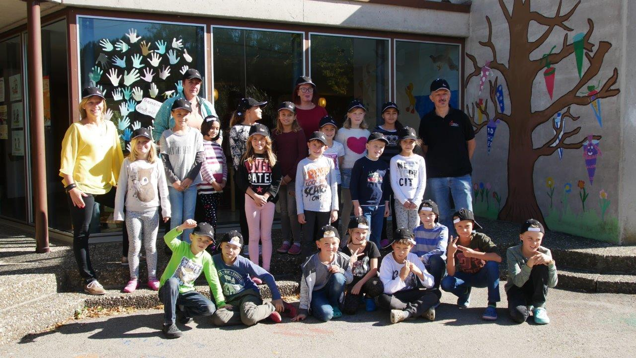 Schüler der Grundschule Fischingen mit ihren neuen Mützen.