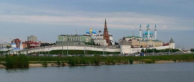 Der Kreml von Kasan mit der Kul Scharif-Moschee von der Wolga aus gesehen