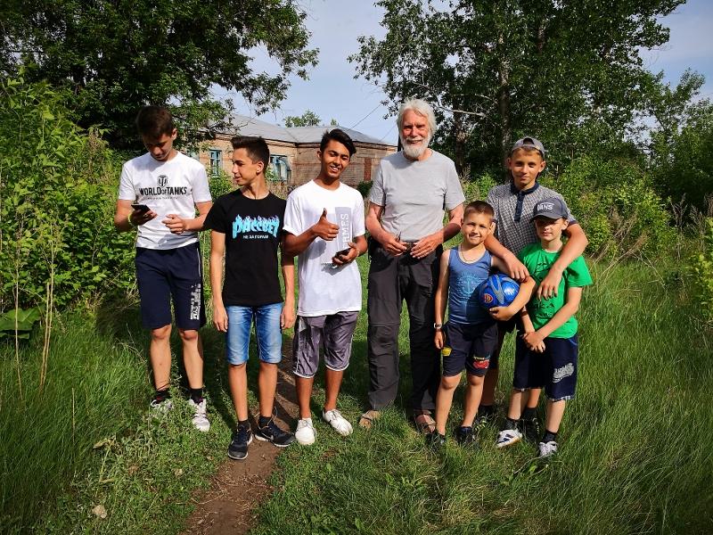 Die Kinder von Burdygino führen uns stolz in ihrem Dorf herum