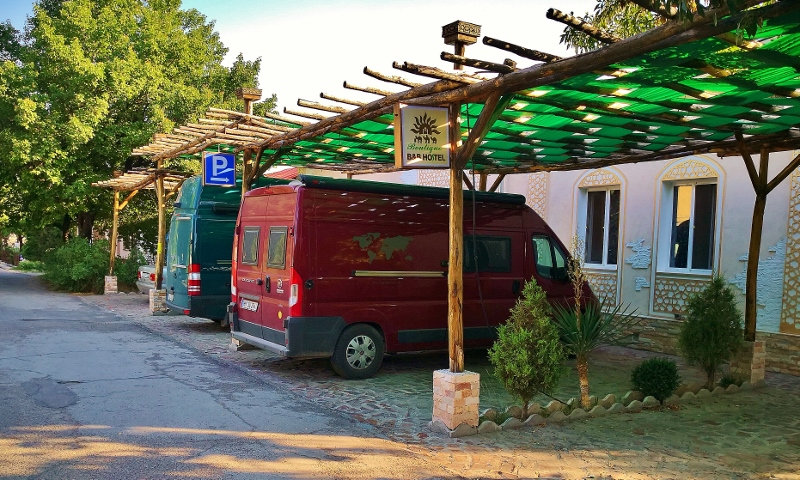 Unser toller schattiger Stellplatz im Sunrise Caravan Stay