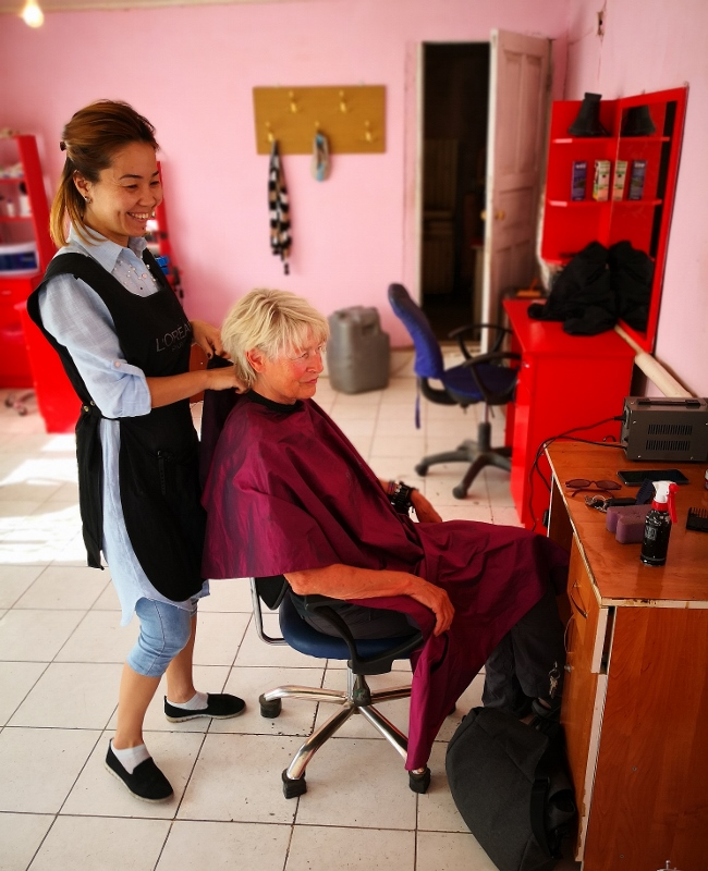 Kurz vor der usbekischen Grenze lasse ich mir noch mal kurz die Haare schneiden und bezahle dafür 500 Tenge = ca. 1,30 Euro!