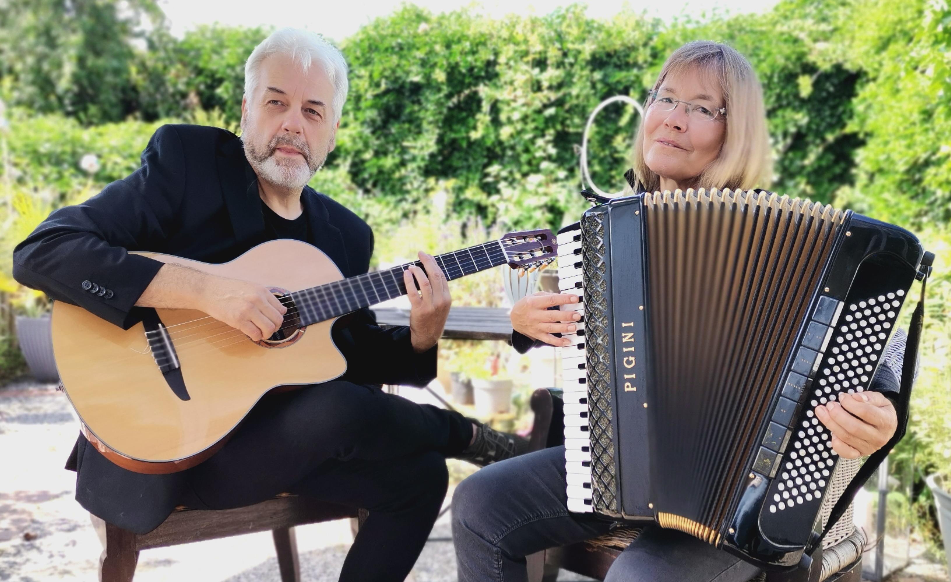 Zhok Musette/Salut Bonjour: Anja Jakobsen (Akkordeon) und Gerhard Breier (Gitarre/Gesang)