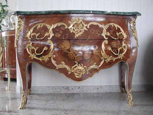 Eine von Herr Karsch gefertigte Kommode inklusive aller Bronze- und Intarsienarbeiten