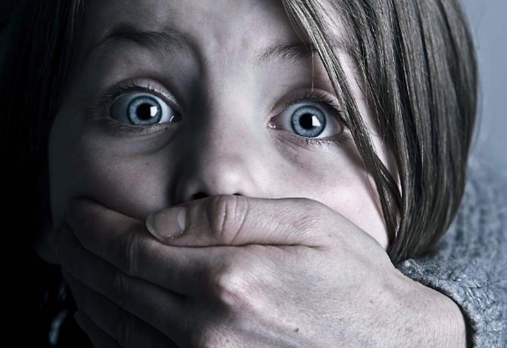 Kind wird Mund zugehalten. Symbolbild für: Bürokratischer Kindes-Missbrauch.  https://www.aerzteblatt.de/bilder/cache/00/00/05/33/img-53342-1024-0.JPG. Abruf 22.12.2107