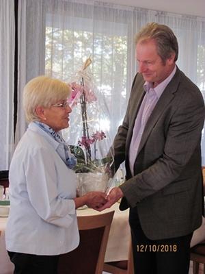 Matthäus Vogel dankt Gerlinde Richter für zehn Jahre Trauercafé Nordwest