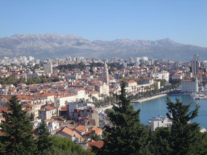 Blick vom Berg auf Split, die Westfront des Palastes und die Promenaden