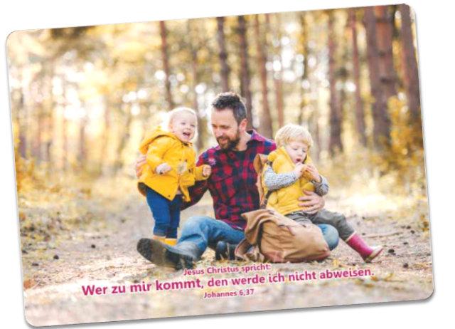 Postkarten Jahreslosung 2022 - Vater hält Kinder im Arm - Karte - Jahreslosungskarte