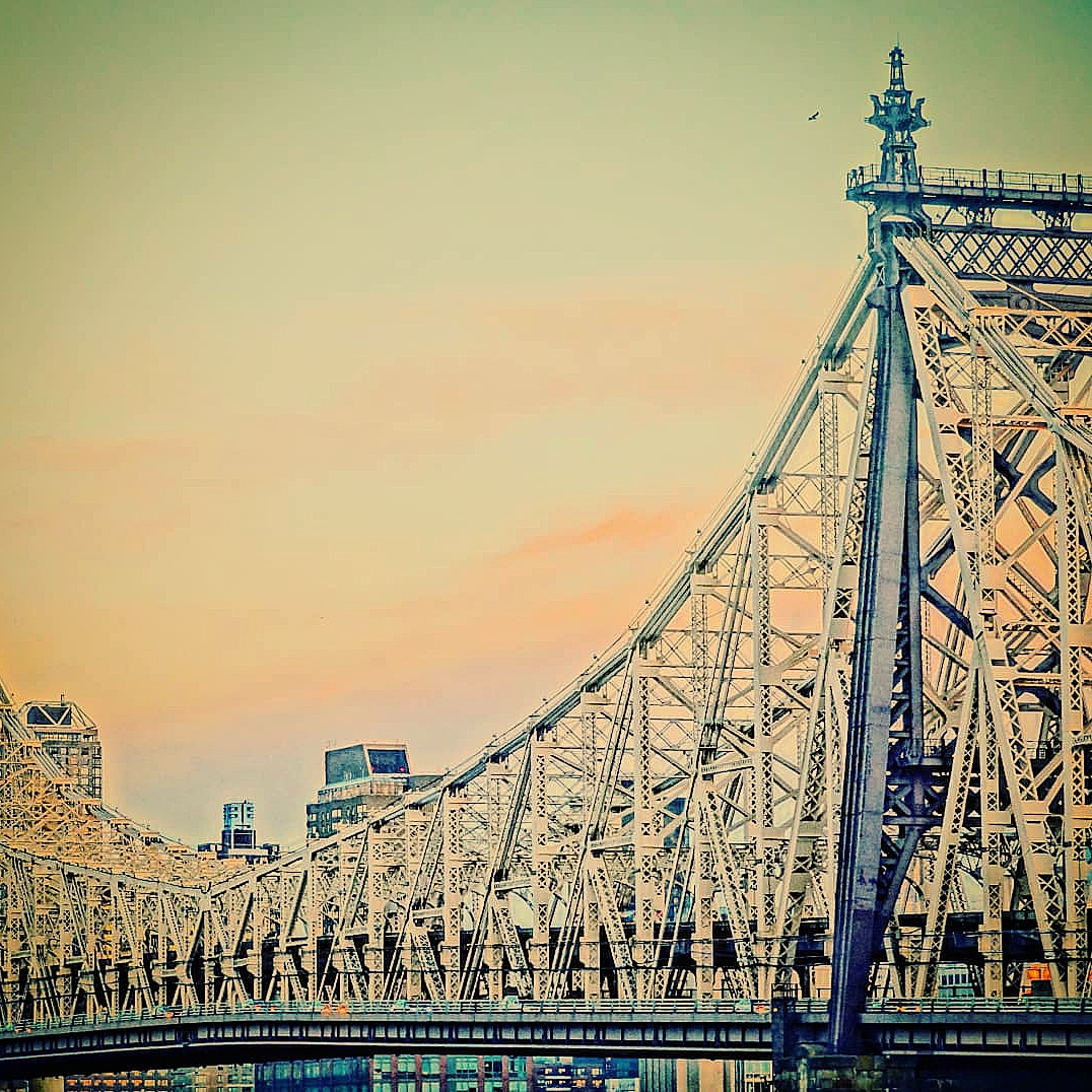 Queensboro Bridge vom Z NYC Hotel in Queens, New York, USA aus gesehen
